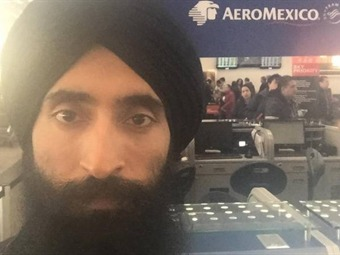 Aeroméxico no deja volar al actor Waris Alhuwalia por no quitarse el turbante